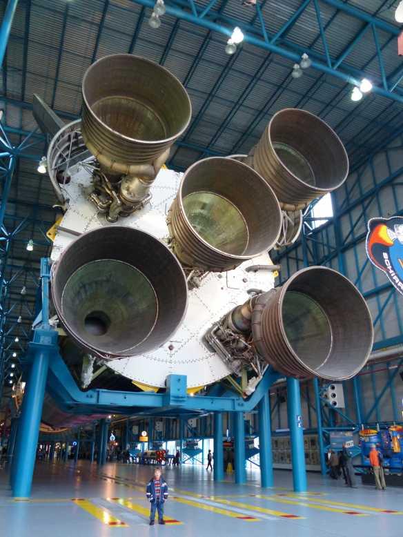 Livio vor den Triebwerken der 110m langen Saturn V-Rakete, welche die Astronauten zum Mond brachte